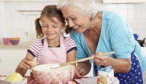 Nonna e bimba in cucina