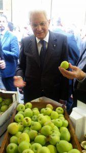 Il presidente Mattarella a Torino, mentre visita il presidio slow food delle mele dell'Etna al Salone del Gusto