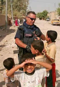 Domenico Intravaia tra i bimbi iracheni