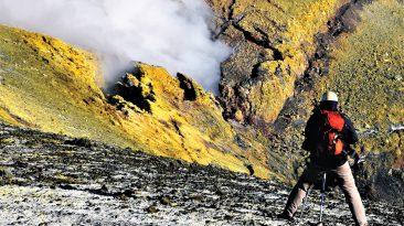 Marco Neri al lavoro sull'Etna