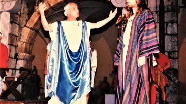 Nino Canale qui è Ponzio Pilato sul palcoscenico