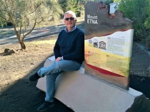 Foto ricordo con la stele Unesco al Parco