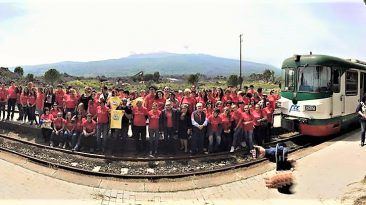 """Il gioioso esercito di """"Storie sotto il Vulcano"""" in una foto di gruppo dello scorso anno"""