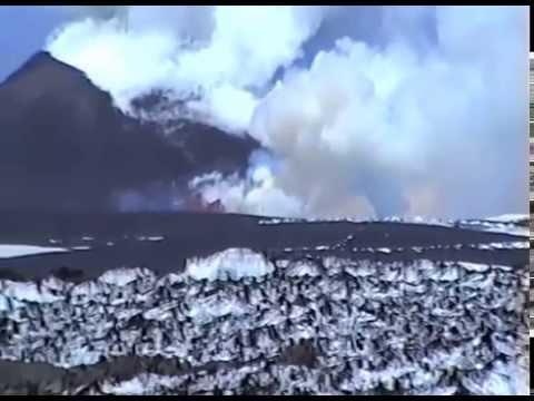 La lava avanza sulla neve: il meraviglioso spettacolo dell'Etna !
