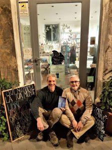 Foto ricordo con Sergio Mangiameli davanti al Biblios Cafè di Siracusa