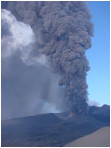 Eruzione dell'Etna del novembre 2002: dopo forti esplosioni come questa, spesso il pennacchio di cenere raggiunge la città di Catania