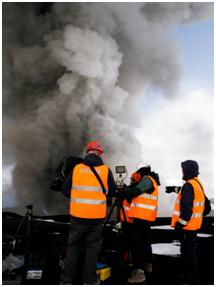 Islanda, eruzione dell'Eyjafjallajökull, maggio 2010: campionamento della cenere ai piedi del vulcano. I ricercatori sono avvolti dalla cenere fine in sospensione nell'aria