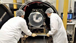 Il telescopio di Cheops nella camera termovuoto dello stabilimento di Firenze della Leonardo SrL per essere sottoposto a un test che simula le condizioni in cui si troverà ad operare nello spazio (crediti: E.Battistelli/ Leonardo SrL)