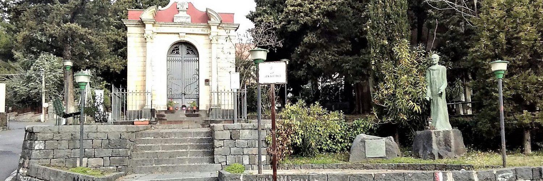 Nicolosi: la cappelletta e accanto la statua del  cardinale Dusmet (mia foto)