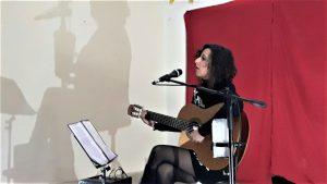 Oriana Civile durante lo spettacolo