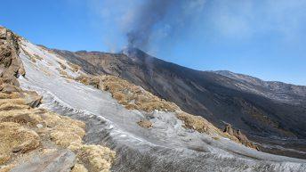 Etna Sud La colata lavica si riversa nella Valle del Bove In primo piano la neve mista alla recente sabbia vulcanica
