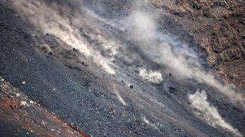 Etna Sud La colata lavica si riversa nella desertica Valle del Bove