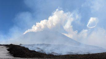 Colata lavica quota 2600 mt In alto a destra uno spettacolare anello di fumo Un'aureola di vapore generata dalle esplosioni provenienti da piccole aperture sul vulcano