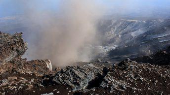 Etna Sud La colata lavica si riversa nella Valle del Bove Sullo sfondo dietro la nubi i Comuni di Mascali Giarre e Riposto