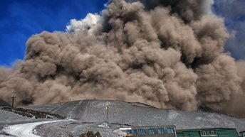 Spettacolare esplosione generata dall'interazione tra il magma e la neve. Una reazione che fa innalzare una gigantesca nuvola di vapore che si espande ad altissima velocità