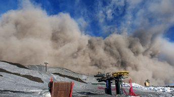 La spettacolare nube dell'esplosione freatomagmatica si espande coinvolgendo gli impianti di risalita della funivia Etna Sud