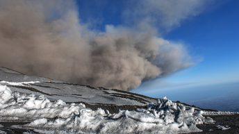 Etna Sud La minacciosa e spettacolare nube dell'esplosione freatomagmatica si espande dirigendosi verso il Golfo e la città di Catania