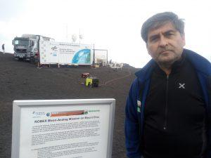 Il vulcanologo del Parco dell'Etna Salvo Caffo accanto al cartello che illustra il fantastico esperimento dell'Agenzia Spaziale Tedesca