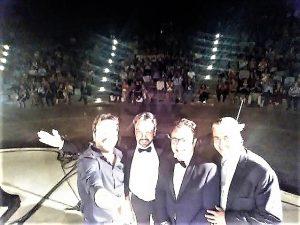 """I """"quattro moschettieri"""" della magica serata del 9 agosto a Mascalucia: Manlio e Vincenzo Di Mauro, Daniele Petralia e Stephen Vaglica. Accanto, un momento del concerto"""