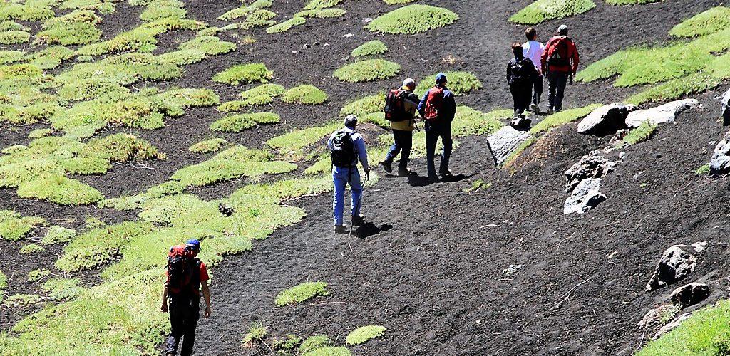 Escursionisti sul sentiero Citelli-Serracozzo 2 giugno 2013