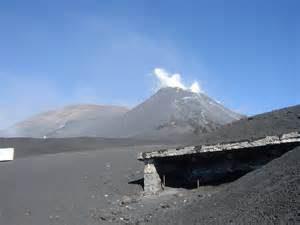 Etna sud, 2900 metri. Ciò che emerge della Torre del Filosofo