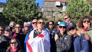 Toni e il gruppo che l'ha sostenuta festeggiano dopo l'impresa