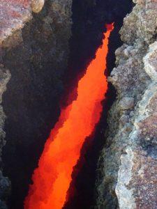 Il calore dei gas porta ad incandescenza le pareti delle fratture in cima al Cratere di SudEst