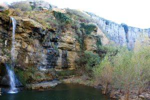 Cascata alla periferia del Paese