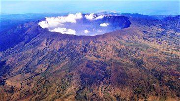 Keindahan panorama Gunung Tambora yang berada di Pulau Sumbawa, Nusa Tenggara Barat, beberapa waktu yang lalu). Gunung Tambora merupakan gunung api strato (kerucut) aktif yang memiliki kawah berbentuk danau (kaldera). Letusan dahsyat Tambora pada April 1815 tercatat gemuruhnya terdengar hingga Pulau Sumatera dan dampaknya turut mempengaruhi perubahan iklim saat itu.    Kompas/Iwan Setiyawan (SET)  19-10-2010