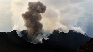 Esplosione stromboliana normale prodotta da uno dei crateri che si trovano all'interno della terrazza craterica sommitale del 2015 da Marco Neri.