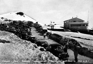 """Il Piazzale Cantoniera, termine dell'Autostrada dell'Etna. A destra è visibile la struttura detta """"La Cantoniera"""", con gli strumenti di rilevazione meteorologica (pluviometri, anemometri, anemoscopi)"""
