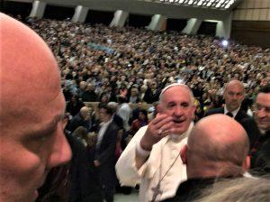 il papa saluta