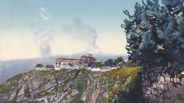 Una cartolina postale colorata raffigura il teatro eruttivo del 1908 (Collezione personale)