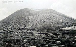 Il Cratere Centrale dell'Etna ad inizio del XX secolo. A destra è visibile la fumarola detta Vulcarolo