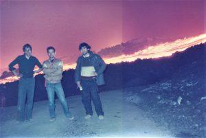 """Tre eccellenti vulcanologici, anch'essi giovanissimi, sull'Etna nel 1983. Da sinistra: Pierre Briole, francese, dell' """"Ecole Normale Supérieure"""" di Parigi; Mimmo Patanè, dell'Ingv Osservatorio Etneo e Salvo Caffo del Parco dell'Etna"""