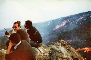 Un giovanissimo Luciano Signorello, al centro con baffi e radio, sul campo dell'eruzione 1983