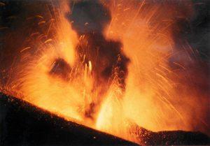 Cartolina postale (collezione personale). Non è difficile identificare, tra fumo e fiamme, una inquietante presenza dalle forme infernali.