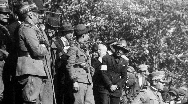 Il Re (da sinistra, il primo con il bastone) osserva il fronte lavico dall'alto del Monte Santo