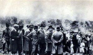Mussolini raggiunge il fronte lavico (cartolina postale riprodotta sul volume Eruzioni storiche nel territorio di Linguaglossa di Antonio Cavallaro, del 1987)
