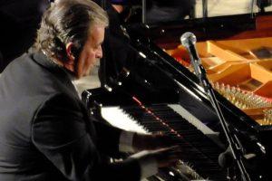 Il maestro Stephen Vaglica al pianoforte