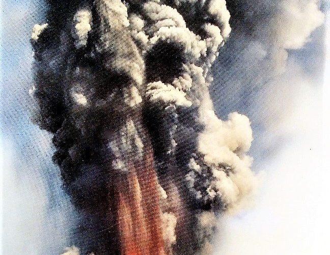 Il cratere Laghetto in attività (Cartolina postale, collezione personale)