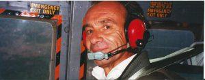 Francesco Zipper durante un sorvolo con l'elicottero della Marina Militare