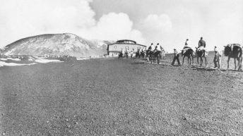 Una carovana raggiunge l'Osservatorio Vulcanologico (Cartolina postale – Collezione personale)