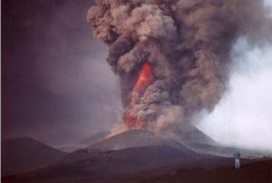 Uno dei crateri del 2002 in piena attività (Foto S. Scalia)