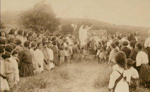 Il gruppo in legno e gesso della Madonna Annunziata viene portata in processione per lo scampato pericolo (collezione personale)