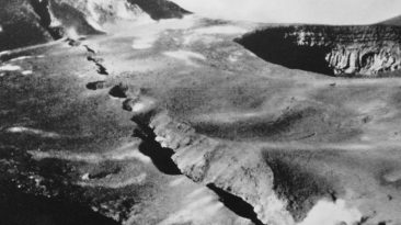 La frattura del '49 attraversa tutto il fondo del Cratere Centrale dell'Etna