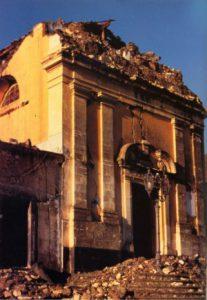 Fleri, il crollo della Chiesa Madre a causa del terremoto del 25 ottobre 1984 (foto da www.ct.ingv.it)