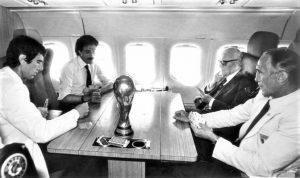 In questa foto ormai leggendaria per gli appassionati di calcio, Franco Causio gioca con Zoff, il ct. Bearzot e il presidente Sandro Perini in aereom dopo la vittoria dell'Italia ai Mondiali '82 in Spagna