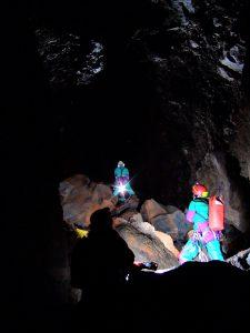 Speleologi in esplorazione all'interno della cavità