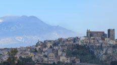 Motta Sant'Anastasia e l'Etna (Foto S. Scalia)
